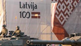 Tanques e soldados da OTAN na parada militar em Riga, Letónia filme