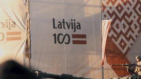 Tanques e soldados da OTAN na parada militar em Riga, Letónia video estoque