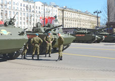 Tanques e soldados do russo no ensaio de Victory Day mim imagem de stock royalty free