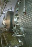 Tanques e tubulações líquidos industriais de armazenamento Fotos de Stock