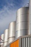 Tanques industriais do grande metal para o armazenamento da gasolina e de óleo no refin Imagem de Stock