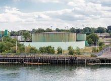 Tanques industriais verdes na borda da baía Fotos de Stock