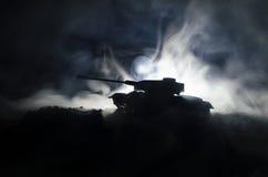 Tanques na zona do conflito A guerra no campo Silhueta do tanque na noite Cena de batalha Foto de Stock