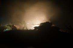 Tanques na zona do conflito A guerra no campo Silhueta do tanque na noite Cena de batalha Fotografia de Stock