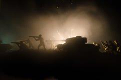 Tanques na zona do conflito A guerra no campo Silhueta do tanque na noite Cena de batalha Fotografia de Stock Royalty Free