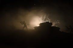 Tanques na zona do conflito A guerra no campo Silhueta do tanque na noite Cena de batalha Imagens de Stock Royalty Free