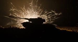 Tanques na zona do conflito A guerra no campo Silhueta do tanque na noite Cena de batalha Imagem de Stock