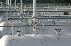 tanques no armazenamento de materiais inflamáveis do pl industrial Imagens de Stock
