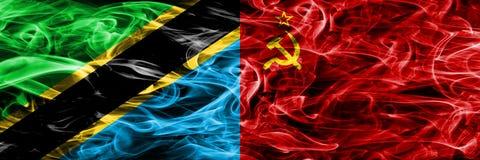 Tansania gegen UDSSR, kommunistische Rauchflaggen nebeneinander gesetzt Dicke farbige seidige Rauchflaggen des Tansaniers und der stockfotografie