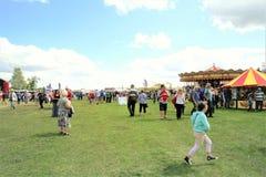 Tansley, Дербишир, Великобритания 3-ье августа 2014 Толпы наслаждаясь ярмаркой на ралли пара Cromford на Tansley около Matlock вн стоковое изображение rf