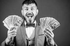 ?tant flux d'argent Homme d'affaires riche avec billets de banque de dollars US Courtier de devise avec le paquet d'argent Homme  image stock