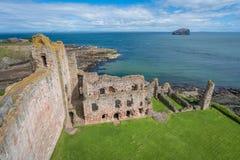 Tantallon城堡,半被破坏的14世纪中叶堡垒,在北部Berwick东部的5公里,位于东洛锡安,苏格兰 免版税库存图片