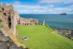 Tantallon城堡,半被破坏的14世纪中叶堡垒,在北部Berwick东部的5公里,位于东洛锡安,苏格兰 库存照片