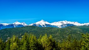 Tantalus山脉从沿海的一个观点在Squamish和吹口哨之间的天空高速公路的 免版税库存照片