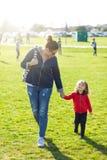 Tante en neef bij het park stock foto