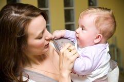 Tante met babymeisje royalty-vrije stock afbeelding