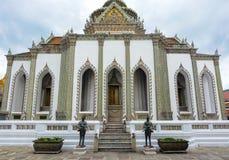 Tantima fåglar som bevakar Viharnen Yod på den historiska storslagna slotten i Bangkok, Thailand Arkivbilder