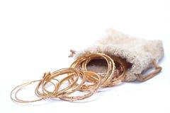 dei tanti braccialetto di lusso dei gioielli dell'oro sul sacchetto Immagini Stock Libere da Diritti
