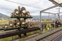 Tanukibeeldhouwwerk bij de Post van Kameoka Torokko in Kyoto, Japan Stock Afbeelding