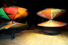Tanura pour deux hommes de danse dans des jupes lumineuses Images libres de droits