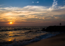 Tanz auf Strand stockbild