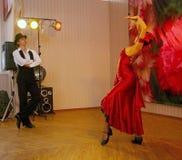 Tanz Carmen führte exotische Tanzzahl der Nationaltanz in der spanischen Art durch die Ensembletänzer von lateinamerikanischen Tä Lizenzfreies Stockbild