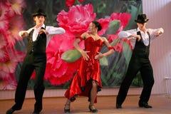 Tanz Carmen führte exotische Tanzzahl der Nationaltanz in der spanischen Art durch die Ensembletänzer von lateinamerikanischen Tä Stockfotografie
