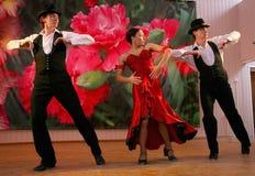 Tanz Carmen führte exotische Tanzzahl der Nationaltanz in der spanischen Art durch die Ensembletänzer von lateinamerikanischen Tä Lizenzfreie Stockfotos