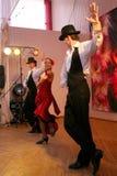 Tanz Carmen führte exotische Tanzzahl der Nationaltanz in der spanischen Art durch die Ensembletänzer von lateinamerikanischen Tä Lizenzfreie Stockbilder