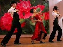 Tanz Carmen führte exotische Tanzzahl der Nationaltanz in der spanischen Art durch die Ensembletänzer von lateinamerikanischen Tä Stockbild