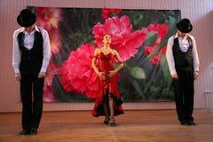 Tanz Carmen führte exotische Tanzzahl der Nationaltanz in der spanischen Art durch die Ensembletänzer von lateinamerikanischen Tä Stockfoto