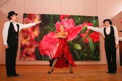 Tanz Carmen führte exotische Tanzzahl der Nationaltanz in der spanischen Art durch die Ensembletänzer von lateinamerikanischen Tä Lizenzfreie Stockfotografie