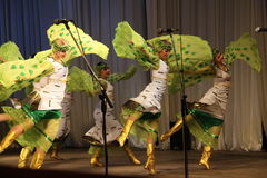 Tanz in den grünen Kostümen Stockfoto