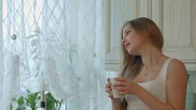 Tanz der jungen Frau mit Kaffee gegen Küche stock video footage