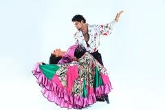 Tanz-Duo, das einen Zigeunertanz durchführt Lokalisiert auf Weiß stockfotos
