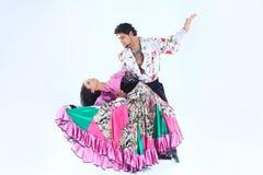Tanz-Duo, das einen Zigeunertanz durchführt Lokalisiert auf Weiß stockbilder