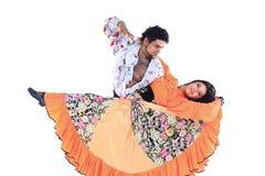 Tanz-Duo, das einen Zigeunertanz durchführt Lokalisiert auf Weiß stockfotografie