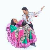 Tanz-Duo, das einen Zigeunertanz durchf?hrt Lokalisiert auf Wei? stockfotografie