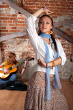 Tanz mit Gitarre lizenzfreie stockfotografie