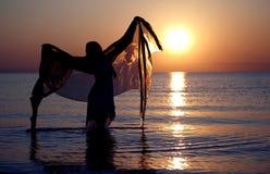 Tanz mit Sonnenuntergang Lizenzfreies Stockfoto