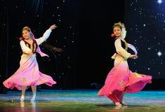 Tanz mit zwei kleiner Rosevölkern Stockfotos