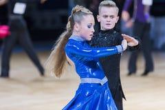 Tanz-Paar führt lateinamerikanisches Programm Youth-2 über Alliance-Trophäe durch stockfotos