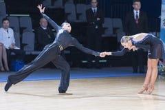 Tanz-Paar führt lateinamerikanisches Programm Youth-2 über Alliance-Trophäe WDSF International-Meisterschaft durch Stockbild