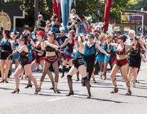 Tanz-Truppe führt in der Parade durch Lizenzfreie Stockbilder