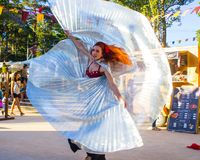 Tanz von Schleiern während einer Replik eines portugiesischen mittelalterlichen Festivals lizenzfreies stockfoto