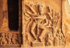 Tanz von Shiva Lord mit vielen Händen Eingang zum hindischen Tempel mit Entlastungen des 6. Jahrhunderts Alte indische Architektu Stockfotos