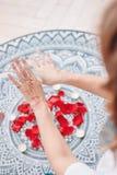 Tanz von weiblichen Händen mit mehendi über Altar von Kerzen und von Rosenblumenblättern, Frauenpraxis lizenzfreies stockfoto