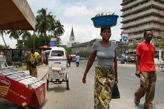 Tanzańska czarny afrykanin kobieta niesie ładunek na twój głowie Zdjęcia Stock