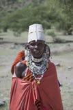 """Tanzania Afrika †""""30 Januari 2016: En Maasai kvinnamatriarch med invecklad ceremoniel haklapp-som prydde med pärlor halsbandsmy royaltyfri fotografi"""