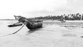 Tanzania plaża z starą łodzią zbiory